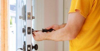 ¿Cómo abrir una puerta sin dañarla?