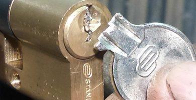 ¿Cómo sacar una llave partida de una cerradura?