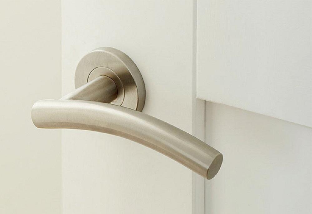 La cerradura partes de una puerta la manilla.